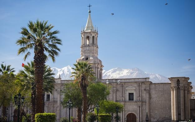 ペルーのアレキパの大聖堂と雪を頂いた火山