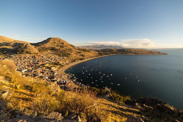 ボリビアのチチカカ湖、コパカバーナ湾の夕日