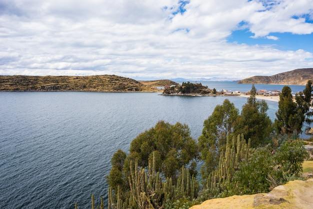 ボリビアのチチカカ湖、太陽の島のパノラマ