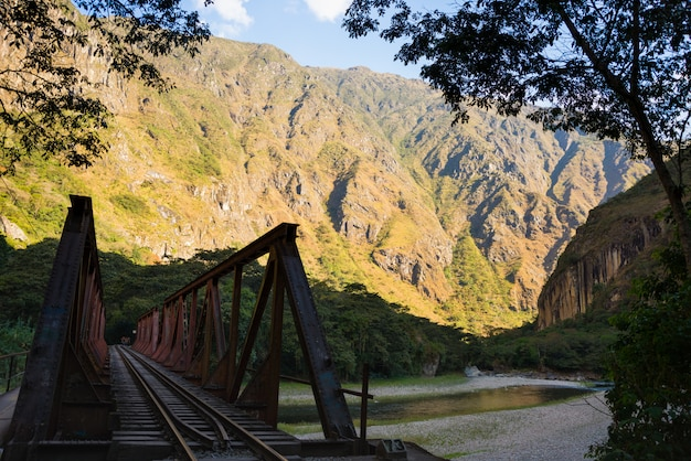 マチュピチュ、ペルーへの線路上の鉄橋