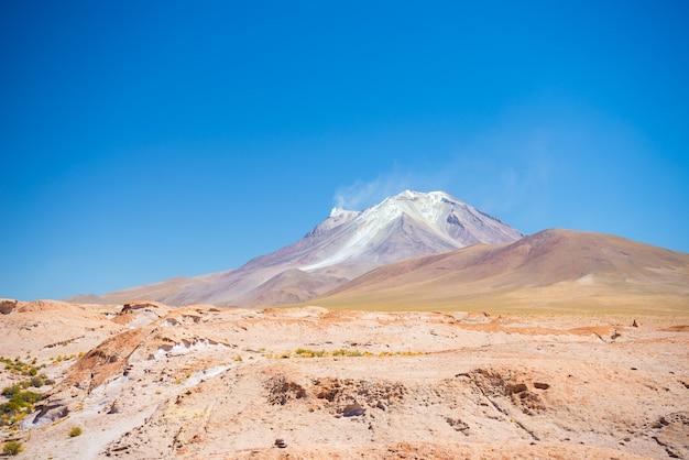 ボリビアのアンデスの蒸している火山