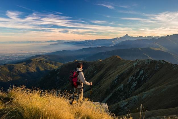 Турист отдыхает на вершине горы
