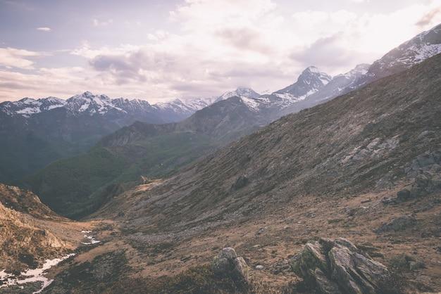 高地の極端な地形、風光明媚な劇的な嵐の空と岩山のピーク