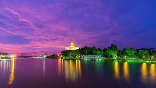 マレーシアのボルネオ島クチンの息をのむような夕日