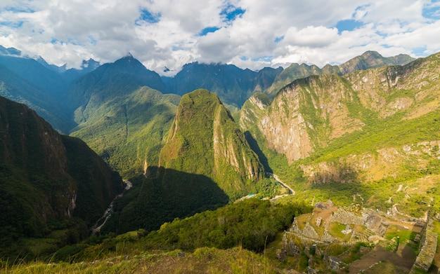 Панорамный вид на долину урубамба из мачу-пикчу, перу