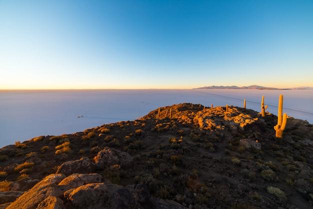 Уюни солт флэт на боливийских андах на рассвете