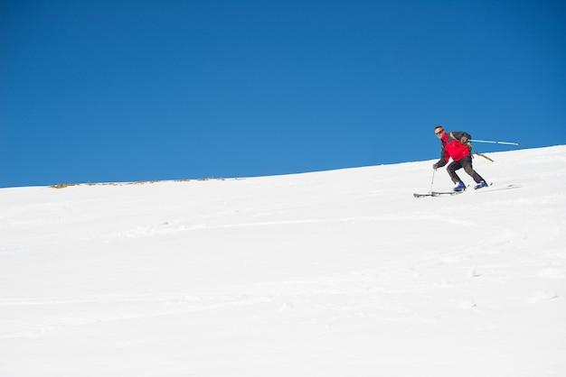 壮大なイタリアの高山弧でのスキー