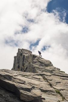 急な岩の斜面での無料の登山