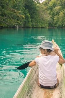 トギアン諸島のカヌー
