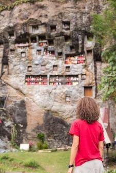 Традиционное место захоронения в тана тораджа