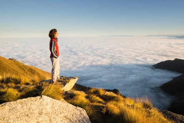 山の頂上で休む女性