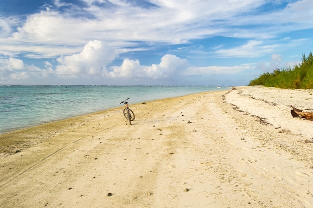 熱帯の砂漠のビーチで孤独な自転車