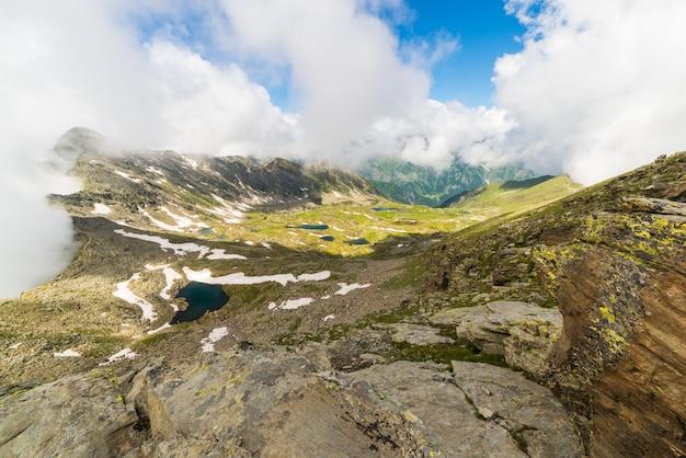 アルプスの標高の高い青い牧歌的な湖