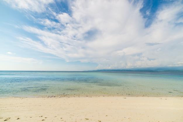 空のビーチ、外海と雲