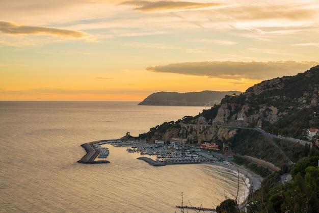 Итальянская береговая линия в сумерках