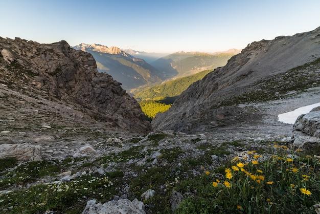 夕暮れ時の山の風景