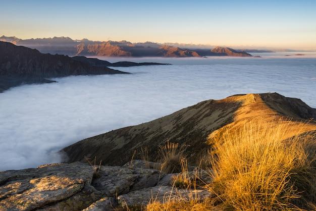 日没、アルプスの山の風景
