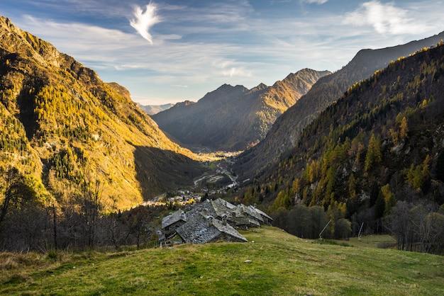 日没時の高山の谷
