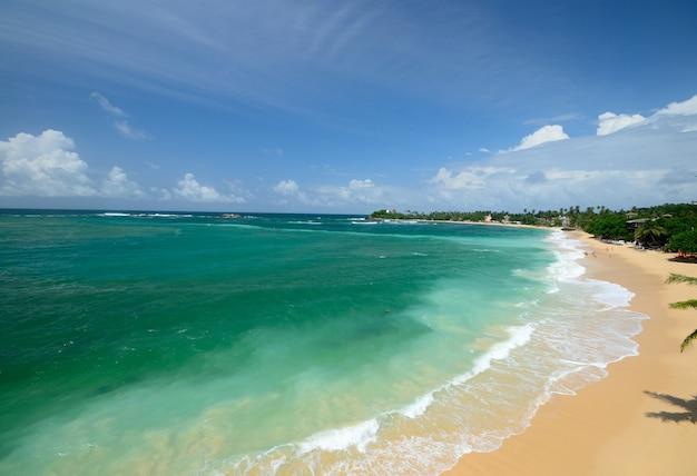 スリランカの壮大なサンセットトロピカルビーチ、劇的な空モンスーン雲