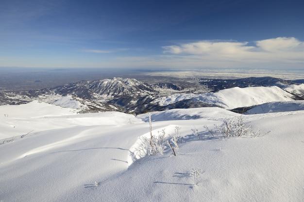 雪とイタリアのアルプスの冬の風光明媚な風景。