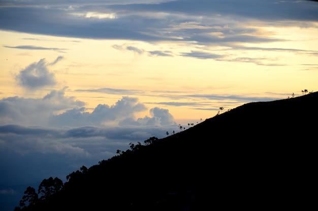 夕暮れ時にスリランカの丘の国の風景