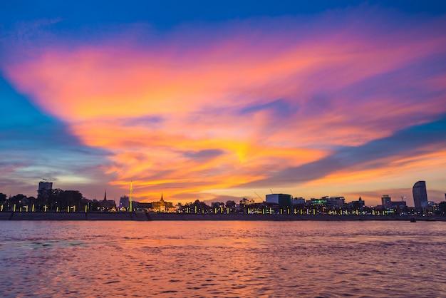 カンボジア王国の日没の首都でプノンペンのスカイライン