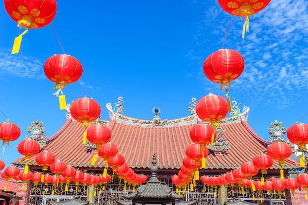 マレーシア、ペナンのジョージタウンにあるライトとランタンの装飾中国寺院