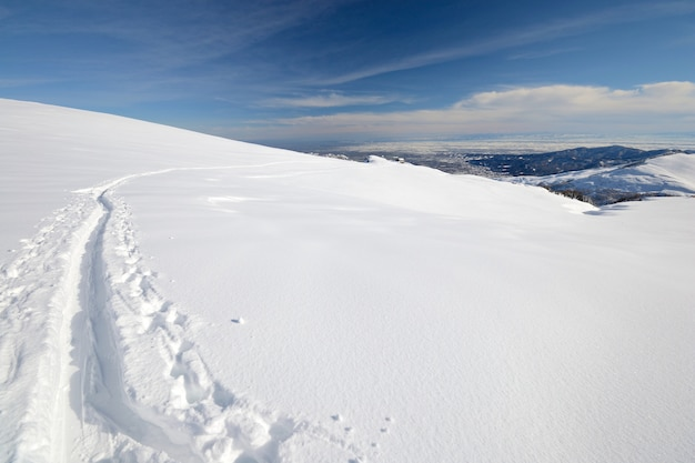 雪の中のアルプススキートラックでの冬の冒険
