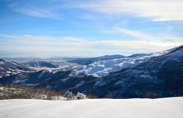 冬のアルプスの素晴らしいパノラマビューと雪に覆われた斜面