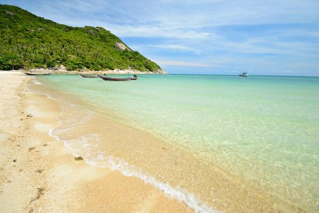 タイの青緑色の水と熱帯のビーチ