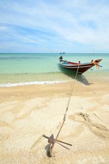 透明な熱帯の水に浮かぶボート、タイのロングテールボート