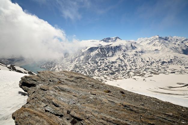 Зимний живописный пейзаж в итальянских альпах со снегом.