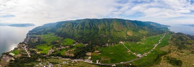 航空写真:スマトラ島インドネシア上空から鳥羽湖とサモシール島の眺め。