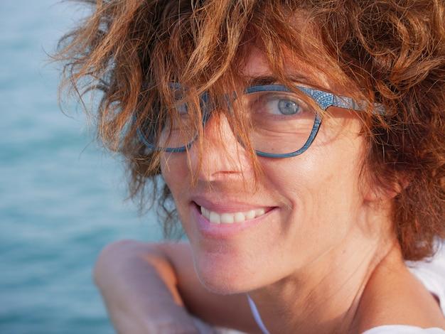 Портрет леди с голубыми глазами и очки на море.