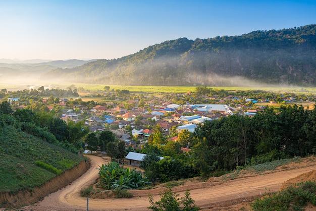 Деревня муанг лонг в золотом треугольнике, луанг намта, северный лаос, недалеко от китая бирма таиланд, небольшой городок в долине реки с живописным туманом и туманом