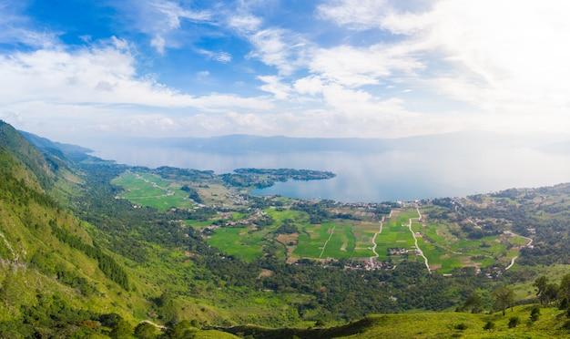 航空写真:インドネシアのスマトラ島の上から鳥羽湖とサモシール島の眺め。