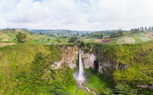 スマトラ島の空撮シピソピソ滝
