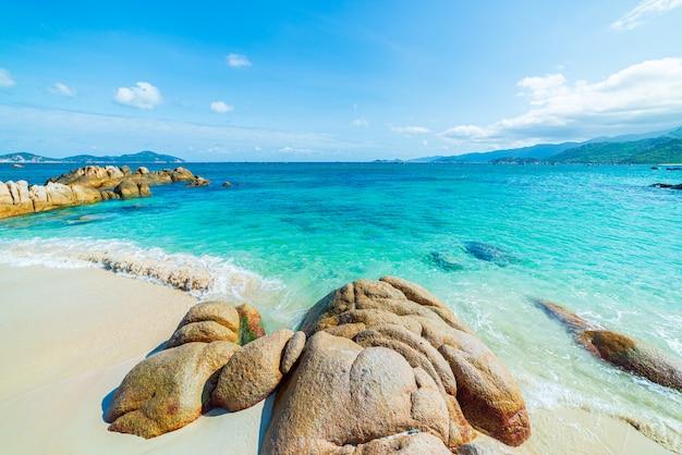 豪華な熱帯のビーチターコイズブルーの透明な水のユニークな岩岩、カムランニャチャンベトナム南東海岸旅行先
