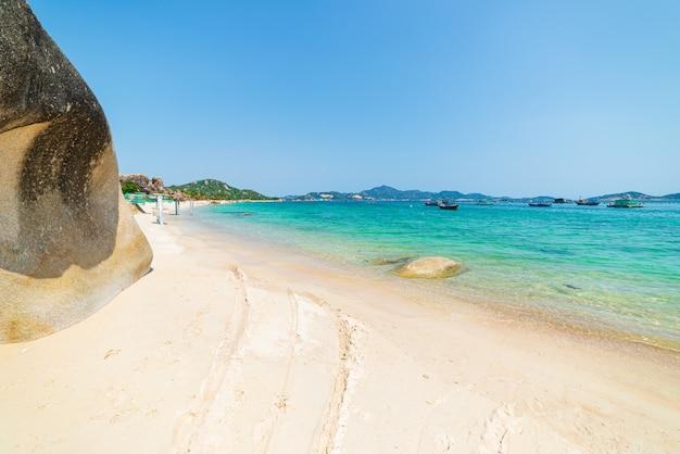 豪華な熱帯のビーチターコイズブルーの透明な水のユニークな岩の岩、カムランニャチャンベトナム南東海岸旅行先、ビーチ澄んだ青い空