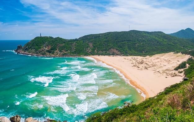 風光明媚な熱帯湾、白月の豪華な金色のビーチ、砂丘の青い手を振る海の広大な眺め。ベトナムの最東端の海岸、プーイェン県ダナンニャチャン。