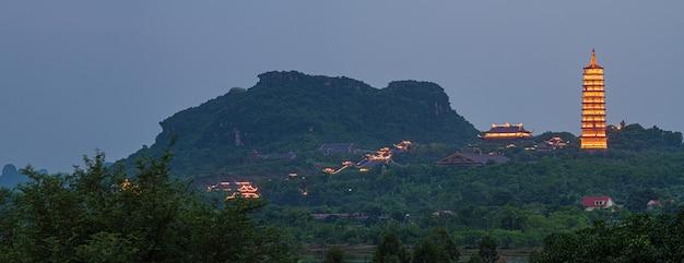 夕暮れ時のバイディンパゴダ、ニンビン、ベトナム最大の仏教寺院、観光宗教