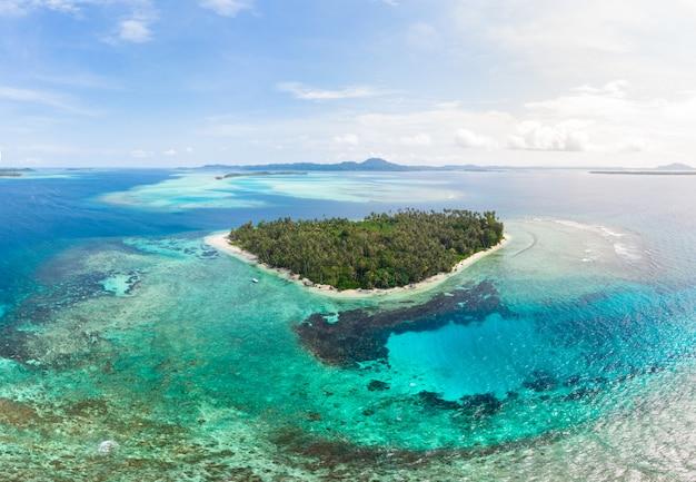Вид с воздуха острова баньяк суматра тропический архипелаг индонезия, пляж кораллового рифа