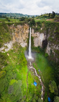 Вид с воздуха водопад сипизо-писо в суматре, путешествия индонезии назначения.