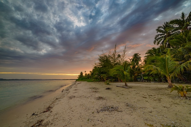 海、熱帯の砂漠のビーチ、人なし、カラフルな雲、旅行先、インドネシアの夕焼けの劇的な空