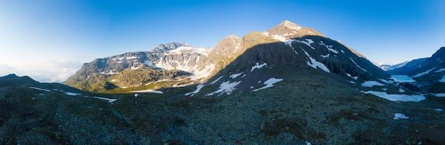 雄大なロッキーマウンテンピークと高地の高山の風景。日の出の空中パノラマ。アルプス、アンデス、ヒマラヤ