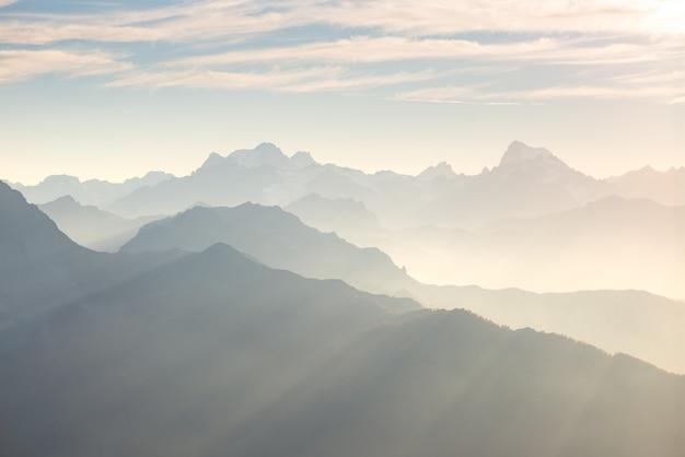 澄んだ空と柔らかな光で遠くの山のシルエット