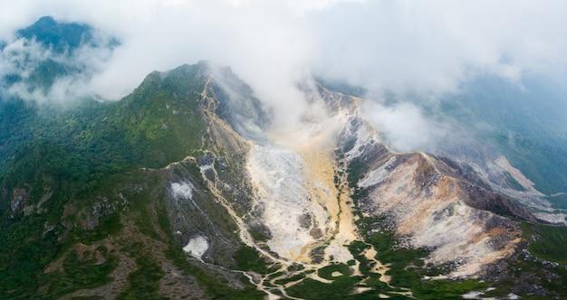Вид с воздуха вулкан сибаяк, берастаги, суматра, индонезия.