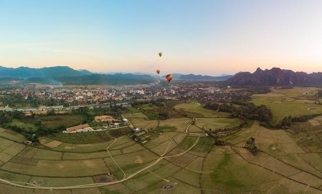 Антенна: ванг-вьенг, туристический маршрут в лаосе, воздушные шары.