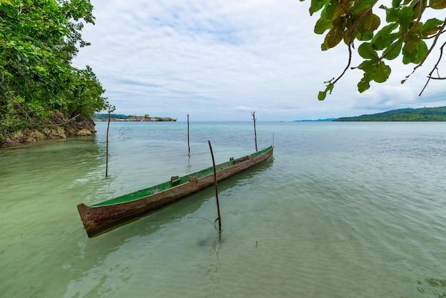 透明なターコイズブルーの水に浮かぶカヌー、インドネシアの遠く離れたトゲアン諸島スラウェシ島。