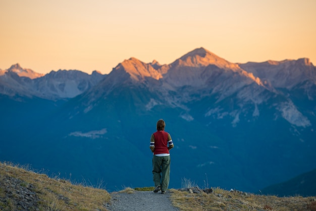 Рюксаком, прогулки по тропе в горах. летние приключения в альпах